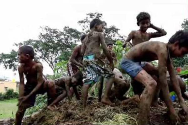 Ινδία: Ένα περίεργο φεστιβάλ με... περιττώματα αγελάδας!