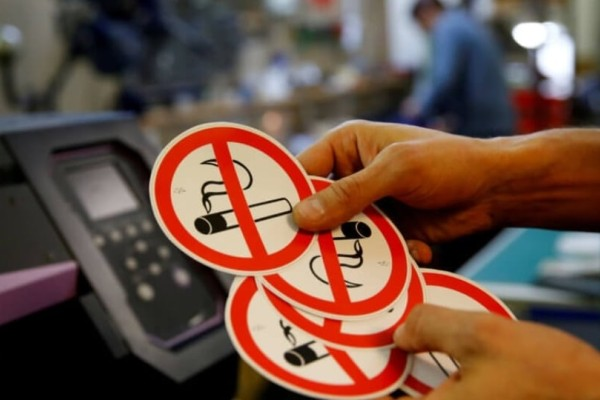 Αντικαπνιστικός νόμος: Θα επιδοτήθουν θερμάστρες για να καπνίζουν έξω οι πελάτες μαγαζιών;