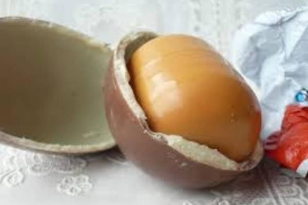 Το αυγό-έκπληξη της Kinder έχει πάντα παιχνίδι με κίτρινη θήκη! Μάθε τον λόγο!