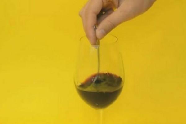 Μόλις το δεις αυτό θα αρχίσεις και εσύ να ρίχνεις... κέρματα μέσα στο κρασί σου (Video)!