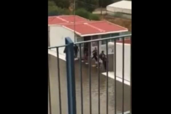 Βικτώρια: Μαθητές στην Κρήτη έφτιαξαν γέφυρα από καρέκλες για να βγουν από την τάξη!