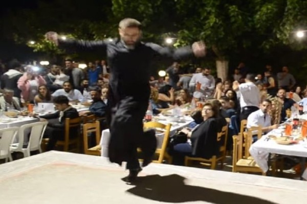 Kρητικός ιερέας χορεύει ανωγειανό πηδηχτό και αποθεώνεται!