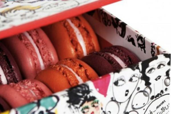 Μια πελάτης της επιστρέφει ένα κουτί με μπαγιάτικα γλυκά! Όταν το άνοιξε όμως η έκπληξη ήταν τεράστια! (Video)