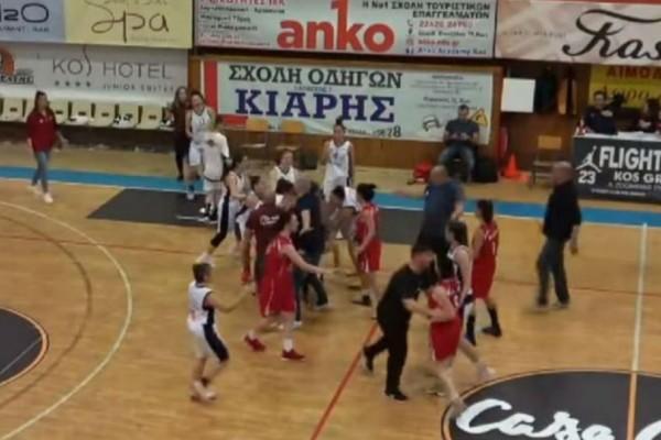 Άγριο ξύλο ανάμεσα σε αθλήτριες σε αγώνα μπάσκετ γυναικών! (video)
