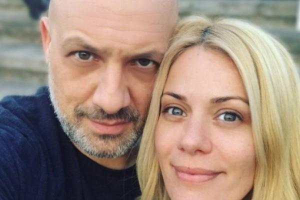 Νίκος Μουτσινάς: Η γυναίκα που είχε στο πλευρό του 20 χρόνια πριν σήμερα είναι έγκυος στο πρώτο της παιδί!