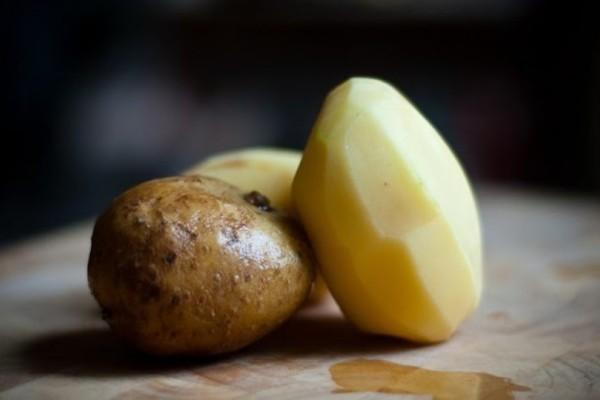 Ρίχνει μέσα στο λάδι φλούδες από πατάτες... και περιμένει 10 λεπτά!