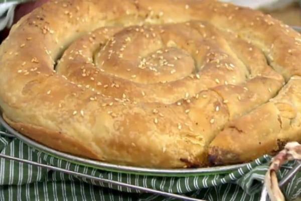Στριφτή πίτα με πράσο, φέτα και πιπεριά φλωρίνης! (Video)