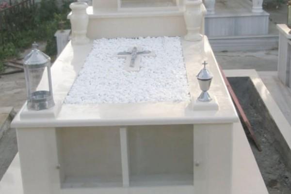 Χαμός στην Παιανία: Έκανε πεολειχία στον σύντροφό της πάνω στον τάφο του πατέρα της!