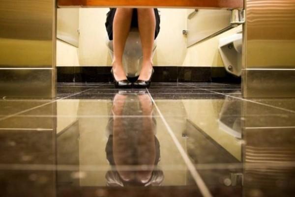 Αποκλείεται: Γιατί οι πόρτες στις δημόσιες τουαλέτες δεν φτάνουν μέχρι το πάτωμα;