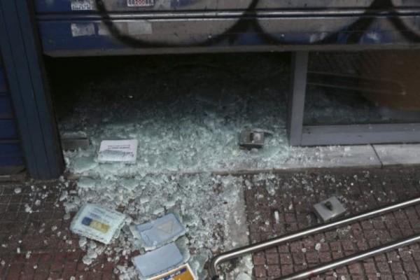 Δάφνη: Έσπασαν με βαριοπούλες τράπεζα! (Video)