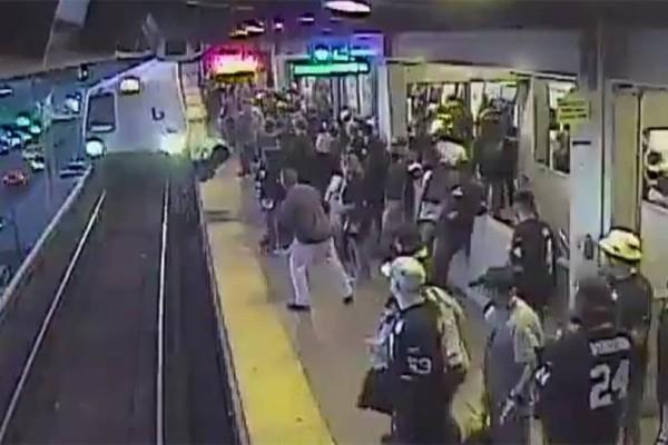 Επιβάτης έπεσε στις γραμμές ενώ περνούσε το τρένο! (Video)