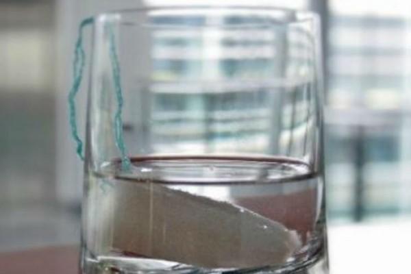 Απίστευτο: Βούτηξε ένα ταμπόν μέσα σε ένα ποτήρι βότκα και... Ο λόγος θα σας σοκάρει!