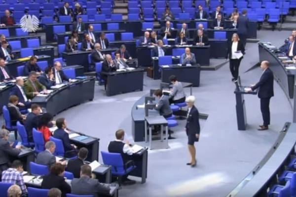 Θρίλερ: Βουλευτής λιποθύμησε ενώ βρισκόταν στο βήμα! (Video)