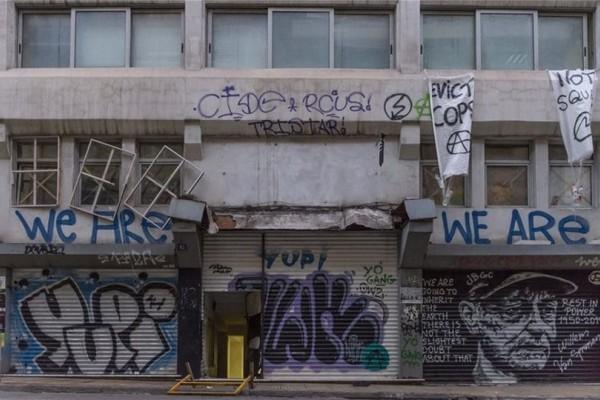Εξάρχεια: Σοκάρουν οι εικόνες από το κτήριο που ζούσαν οι μετανάστες! (Video)