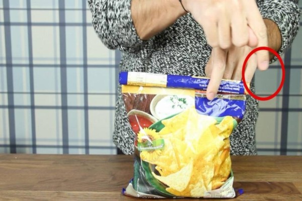 Παίρνει τη σακούλα με τα πατατάκια και διπλώνει τις άκρες - Όταν δείτε το αποτέλεσμα θα αναρωτηθείτε γιατί δεν το κάνετε τόσο καιρό!