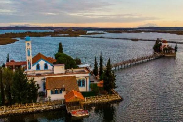 Το πιο εντυπωσιακό μοναστήρι που... κολυμπά ανάμεσα σε δυο μικρά νησιά!