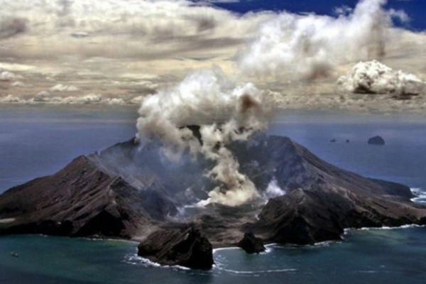 Νέα Ζηλανδία: Σώθηκε από την φονική έκρηξη ηφαιστείου αλλά ξαναγύρισε πίσω για βοήθεια!
