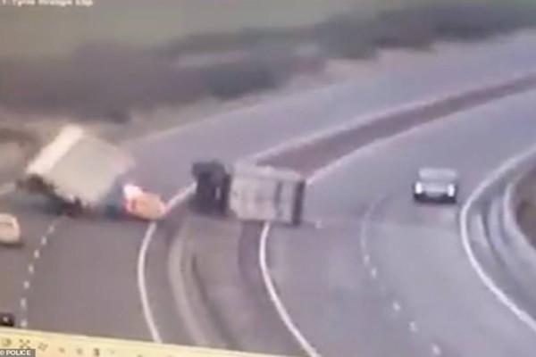 Τροχαίο σοκ από την κακοκαιρία: Ανετράπη φορτηγό πάνω σε περιπολικό με επιβαίνοντες! (video)