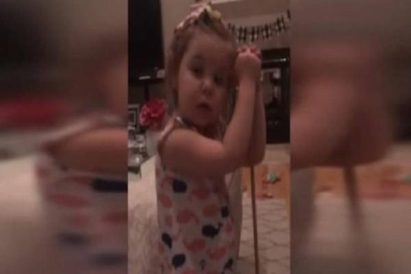 3χρονο κοριτσάκι κάνει κεφαλοκλείδωμα σε συμμαθητή της επειδή της ζήτησε να τον παντρευτεί!
