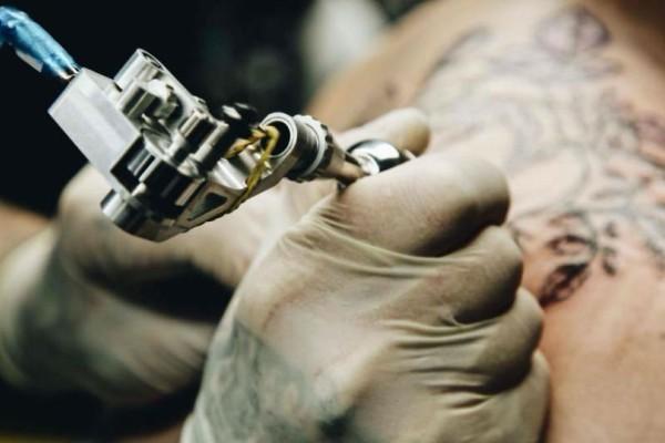 Αυτός ο άνδρας απάτησε τη γυναίκα του και αμέσως μετά έκανε ένα τατουάζ! Δεν φαντάζεστε τι έγραψε στο στήθος του!