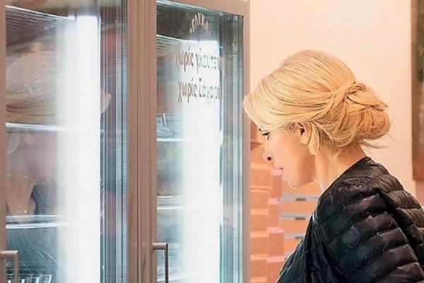 Ελένη Μενεγάκη: Το μπουφάν με το οποίο πήγε να αγοράσει γλυκά!