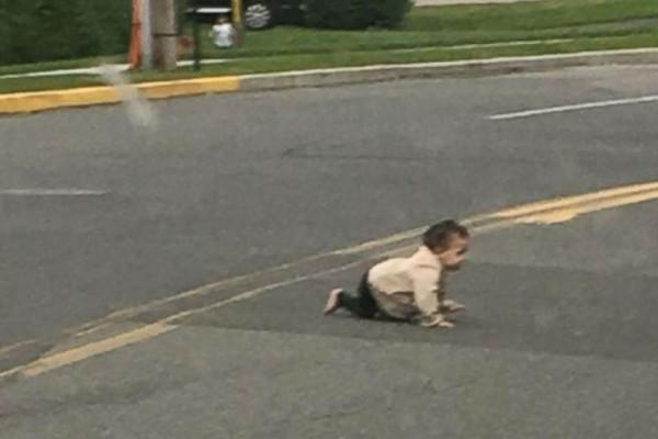 Απίστευτο! Μωρό μπουσουλάει στη μέση του δρόμου!