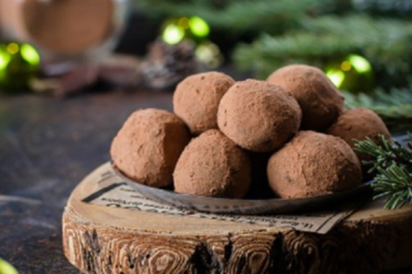 Τα πιο εύκολα Xριστουγεννιάτικα τρουφάκια με σοκολάτα γάλακτος - Θέλουν μόλις 5 υλικά!