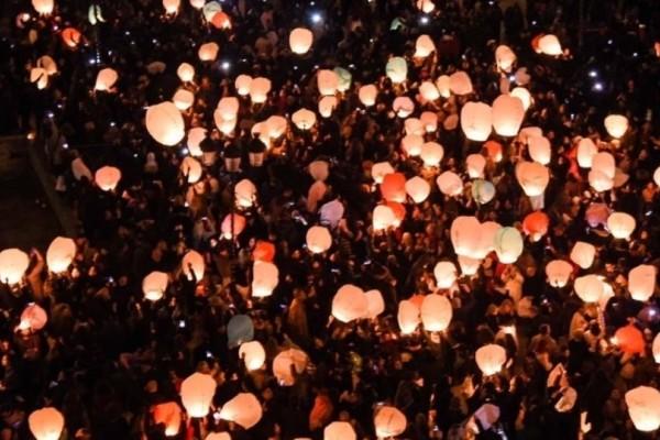 Λαμπερή παραμονή Χριστουγέννων στην Αθήνα: Χάρτινα φαναράκια φώτισαν τον ουρανό!
