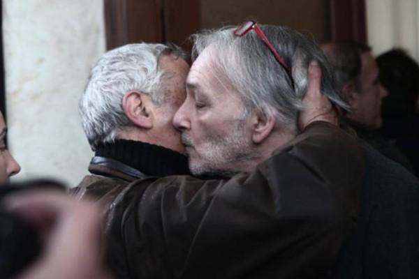 Ράκος και αγνώριστος ο Ανδρέας Μικρούτσικος στην κηδεία του αδελφού του, Θάνου!