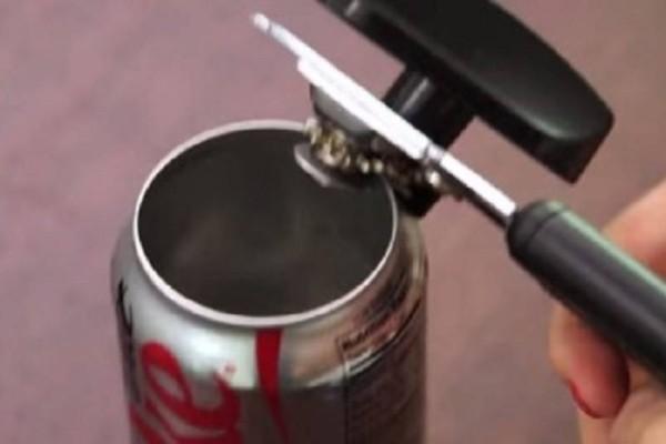 Τρομερό: Πήρε μερικά κουτάκια αναψυκτικού και δημιούργησε κάτι πολύ χρήσιμο και μοναδικό!