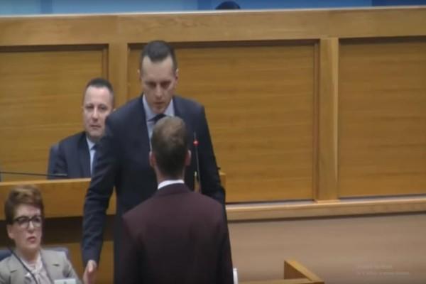 Κοινοβούλιο Βοσνίας: Υπουργός χαστούκισε βουλευτή αποκαλώντας τον