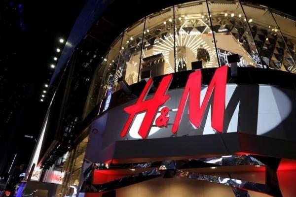H&M: To black velour φόρεμα με διαφάνεια που μπορείς να φορέσεις και στο ρεβεγιόν έχει την πιο super τιμή!