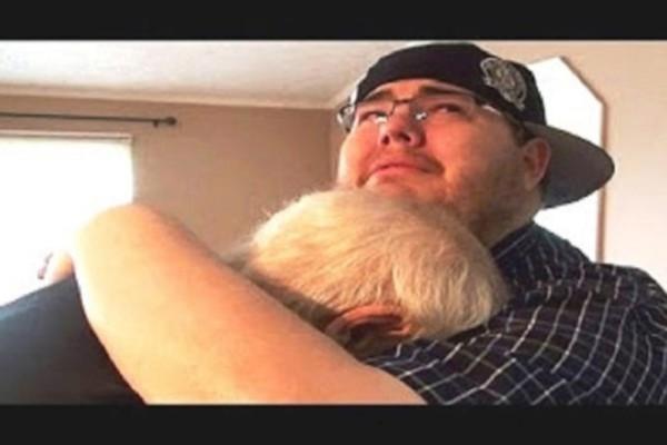 Ένας γιος λέει στον πατέρα του να μπει μέσα στο σπίτι… Αυτό που είδε θα σας κάνει να ξεσπάσετε σε κλάματα!