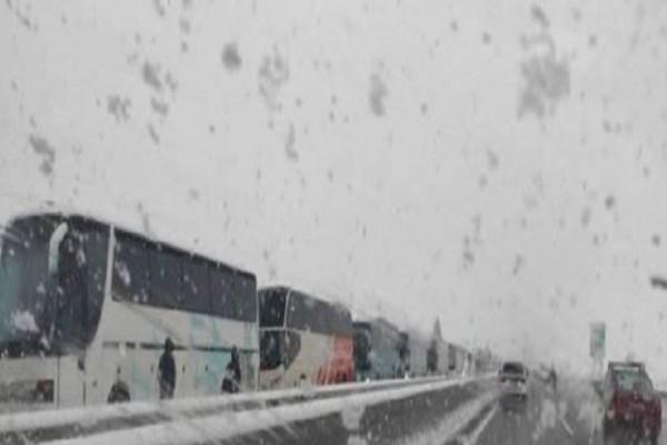 Μεγάλα προβλήματα στην εθνική οδό Αθηνών-Λαμίας: Ακινητοποιήθηκαν λεωφορεία και φορτηγά! (photo-video)