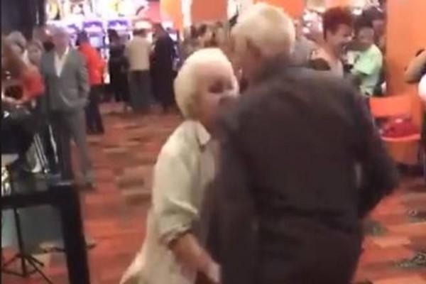 16.804.776 views! Γιαγιά και παππούς ρίχνουν το ίντερνετ με το χορό τους! (Video)