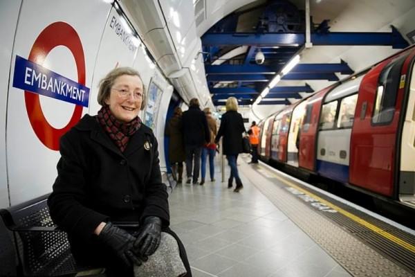 Μια ηλικιωμένη κάθεται σε έναν σταθμό για να ακούει την ηχογραφημένη φωνή του νεκρού άντρα της! Αυτό που συνέβη θα σας ανατριχιάσει....