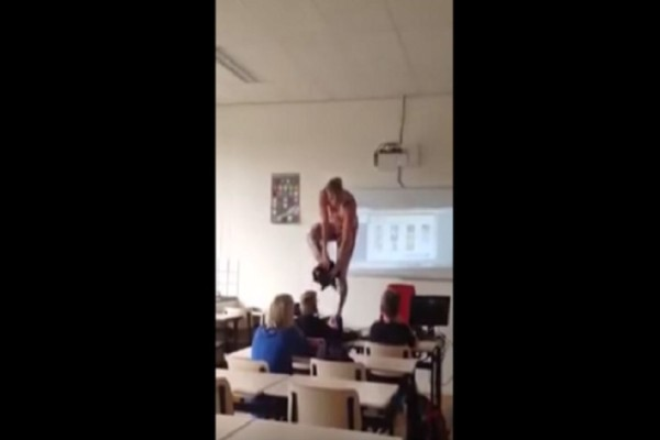Καθηγήτρια ανέβηκε πάνω στην έδρα και άρχισε να γδύνεται...Δεν φαντάζεστε τον λόγο!