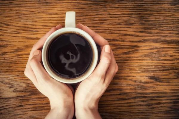Βάζει αλάτι στον καφέ! Το αποτέλεσμα θα σας αφήσει με το στόμα ανοιχτό!