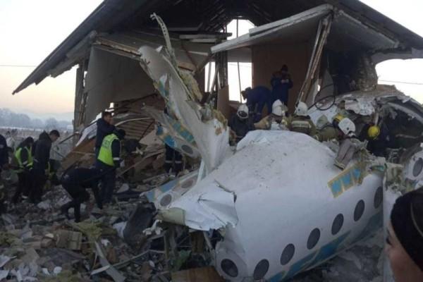 Ανατριχιαστικές μαρτυρίες από την αεροπορική τραγωδία στο Καζακστάν: «Το αεροπλάνο έσπασε στα δύο»! (Video)