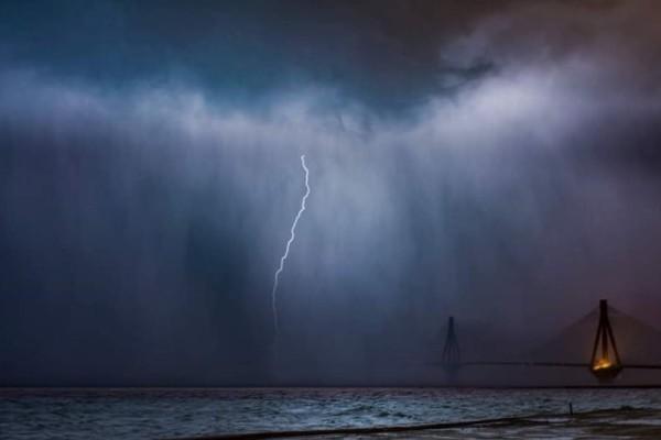 Κακοκαιρία: Η στιγμή που ένας κεραυνός χτυπάει τη γέφυρα Ρίου - Αντιρρίου!