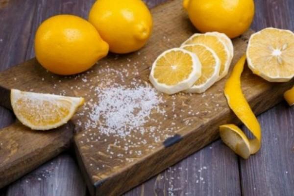 Βάζει αλάτι σε μια λεκάνη με λεμόνι και σκόρδο! Μόλις δείτε το αποτέλεσμα θα τρέξετε να το κάνετε κι εσείς!