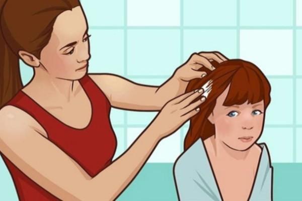 Τρίβει μαγιονέζα στα μαλλιά της κόρης της! Ο λόγος; Θα λύσει τα χέρια σε όλες τις μητέρες!