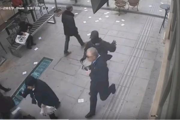 Βίντεο σοκ! Αντιεξουσιαστής τρέχει να χτυπήσει ηλικιωμένο στο Μαρούσι!