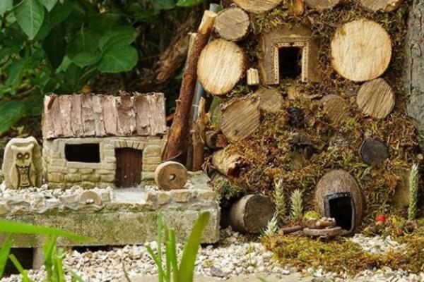 Απίστευτο! Μόλις δείτε για ποιο λόγο αυτός ο άντρας έφτιαξε ένα μικροσκοπικό χωριό από ξύλα και φρούτα θα πάθετε σοκ!
