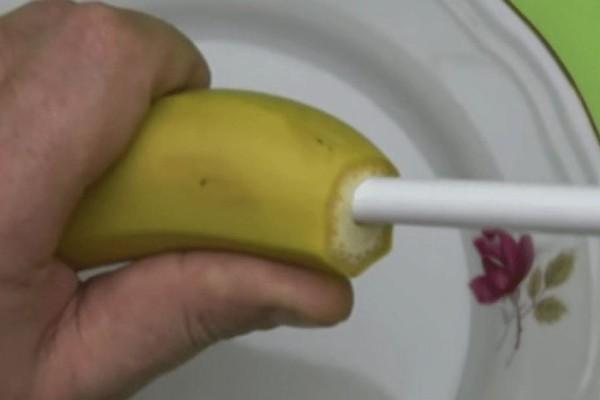 Κόβει το πάνω μέρος της μπανάνας και βάζει μέσα ένα καλαμάκι. Θα μείνετε άφωνοι μόλις μάθετε τον λόγο!