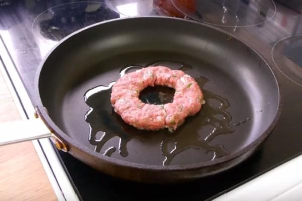 Έκανε τρύπα σε ένα μπιφτέκι και το έριξε στο τηγάνι! Θα τρέξετε να το κάνετε μόλις το δείτε!