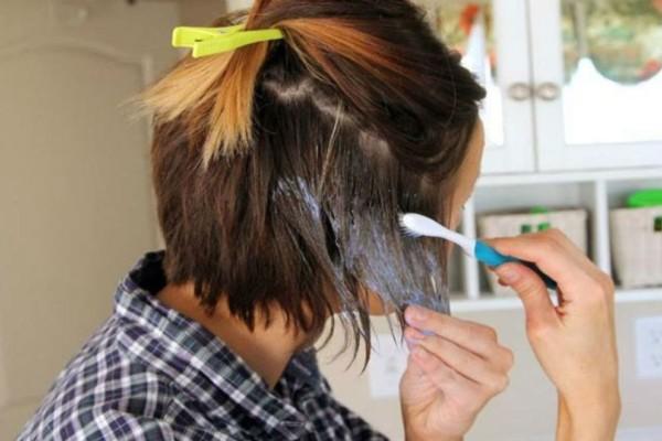Βουρτσίζει τα μαλλιά της με μια οδοντόβουρτσα και....Με αυτό τον τρόπο δεν θα ξαναπάτε σε κομμωτήριο!