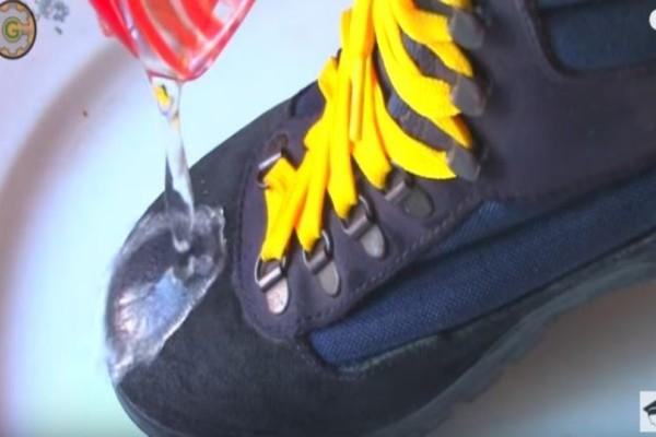 Τρίβει ένα κερί στο παπούτσι και το στεγνώνει με πιστολάκι! Δεν φαντάζεστε τι γίνεται μετά...