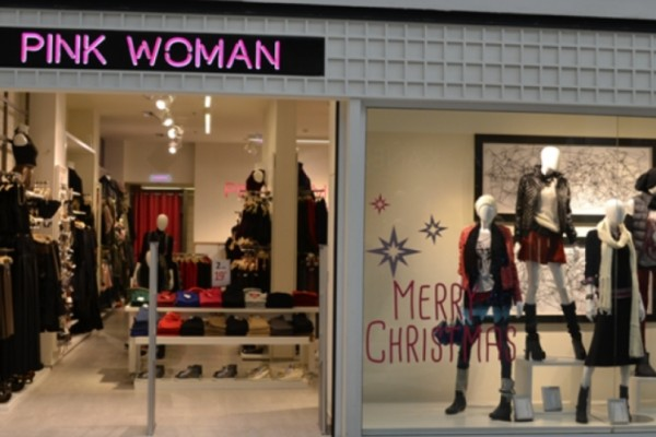 Pink Woman: Το μακρύ παλτό για τα Χριστoύγεννα που όλες θέλουμε βρίσκεται σε special offer!