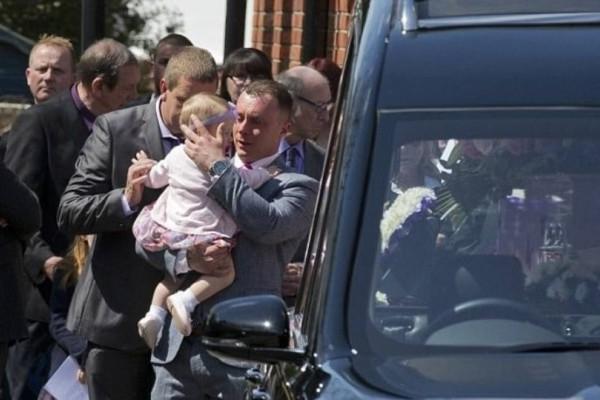 Πήρε την κόρη του στην κηδεία της μητέρας της -  Μόλις δείτε πως έφυγε, θα δακρύσετε!